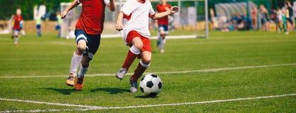 Junior Soccer Match Fußballspiel für Jugend-Spieler stockfotos