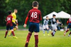 Junior Soccer Match Partita di football americano per i giocatori della giovent? Ragazzi che giocano a calcio partita sul campo d fotografie stock libere da diritti