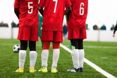 Junior Soccer Players Standing in una parete Situazione di calcio di punizione durante la partita di calcio immagine stock libera da diritti
