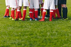 Junior Soccer Team Standing i grupp Fotbollgräsfält och spelarefot Bakgrund f?r gr?s f?r fotbollstadion royaltyfri bild