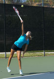 Junior Tennis Player Serving Foto de Stock Royalty Free