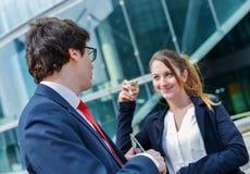 Juniorführungskräfte, die eine Kaffeepause vor ihrer Firma haben Lizenzfreie Stockfotos
