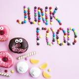 Junk Food Dulces en un fondo rosado foto de archivo libre de regalías
