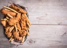 Junk Food en la cesta Fotografía de archivo libre de regalías