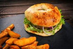 Junk Food en una tabla de madera foto de archivo libre de regalías
