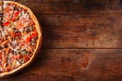 Junk Food La pizza italiana cortó en las rebanadas, endecha del plano foto de archivo