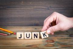 junk Lettere di legno sui precedenti informativi e di comunicazione della scrivania, fotografia stock