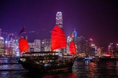 Junkboat segling över Victoria Harbour Night Scene Arkivbilder