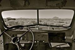 Junked oude auto in de woestijn stock foto