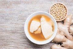 Junket φασολιών πουφαγώθηκε καυτό με το σιρόπι, κρέμα σόγιας στοκ φωτογραφίες