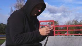 Junkie van drugdealer de verkopende drugs stock videobeelden