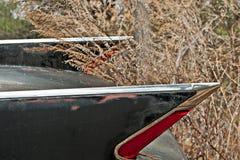 Junkyard samochodu skrzydła fenders w wysuszonych trawach obraz stock