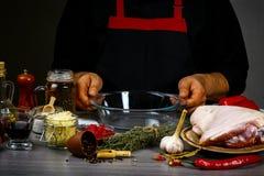 Junta bávara da carne de porco com chucrute, molho de pimentão afiado e cerveja no processo de cozimento que prepara o alimento C imagem de stock royalty free