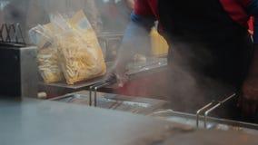 Junta de la comida de la calle que sirve las patatas fritas fritas almacen de metraje de vídeo