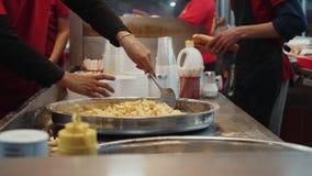 Junta de la comida de la calle que sirve las patatas fritas fritas metrajes
