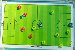 Junta de planificación de la estrategia del fútbol o del fútbol con el imán numerado imágenes de archivo libres de regalías