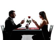 Junta la cena de los amantes en las siluetas del teléfono Foto de archivo libre de regalías