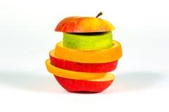 Junta las piezas de la manzana de la fruta fresca, naranja, kiwi en el fondo blanco Imágenes de archivo libres de regalías