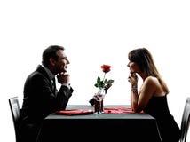 Junta a los amantes que fechan siluetas de la cena Fotos de archivo