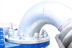 Junta metálica industrial de la tubería con muchos tornillos y pernos Imagen de archivo