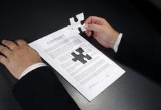Juntando un contrato Foto de archivo libre de regalías
