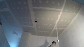 Juntas del cartón yeso del techo del yeso del constructor Hombre que muestra el finger para arriba Timelapse almacen de video