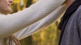 Junte besarse al aire libre durante la fecha, humor romántico en el fondo del otoño, amor almacen de video