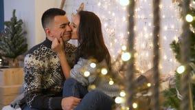Junte besarse y el abrazo en la Navidad almacen de metraje de vídeo