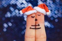 Junte besarse y el abrazo en los sombreros del Año Nuevo Fotos de archivo libres de regalías