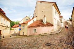 Junte caminar alrededor de Hradcany, distrito histórico del castillo en Praga Imágenes de archivo libres de regalías