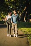 Junte caminar en el parque y la mirada de uno a fotos de archivo