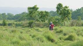 Junte caminar en parque de la selva tropical en Chitwan, Nepal almacen de video