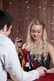 Pares que cenan romántico Fotos de archivo libres de regalías