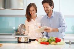 Junte cocinar la cena Fotos de archivo libres de regalías