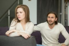 Junte discutiendo, mujer afrentada ofendida que ignora al hombre a de grito imágenes de archivo libres de regalías