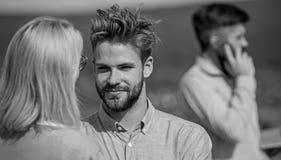 Junte divertirse mientras que el hombre de negocios ocupado habla en el teléfono Partners alegre verse Conversación cara a cara fotos de archivo libres de regalías