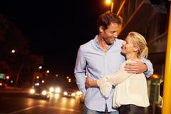 Junte el abarcamiento en la calle en la noche, retrato de la ciudad Imagen de archivo libre de regalías