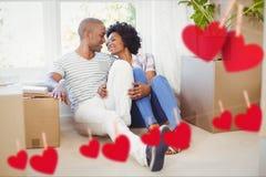 Junte el abarcamiento en sala de estar en casa contra los corazones que cuelgan en una línea Imagenes de archivo