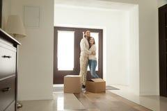 Junte el abarcamiento en el vestíbulo que se traslada a nuevo hogar con las cajas Imagenes de archivo