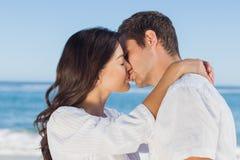 Junte el abarcamiento y besarse en la playa Foto de archivo libre de regalías