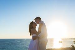 Junte el abarcamiento y besarse en la playa contra el océano Imagen de archivo