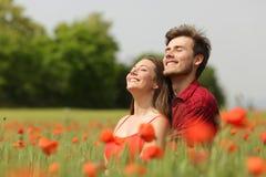 Junte el aire fresco de abrazo y de respiración en un campo rojo Fotos de archivo