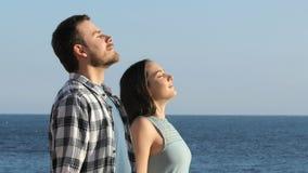 Junte el aire fresco de respiración en la playa almacen de video