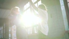 Junte el baile en lugar urbano almacen de metraje de vídeo