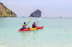 Junte el batimiento del kajak en el mar de andaman en la isla Tailandia de la phi de la phi Imágenes de archivo libres de regalías