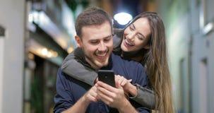 Junte el contenido de observación humorístico del teléfono en la noche almacen de metraje de vídeo