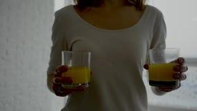 Junte el goce del desayuno - cruasanes con el zumo de naranja fresco almacen de video
