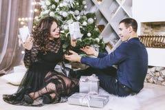 Junte el hombre y a la mujer hermosos y felices en el interior Foto de archivo libre de regalías