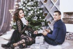 Junte el hombre y a la mujer hermosos y felices en el interior Imágenes de archivo libres de regalías