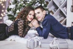 Junte el hombre y a la mujer hermosos y felices en el interior Fotografía de archivo